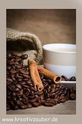 zimtstangen auf kaffeebohnen