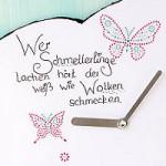Wolkenuhr mit funkelnden Schmetterlingen